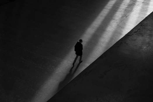 Hombre caminando en el piso