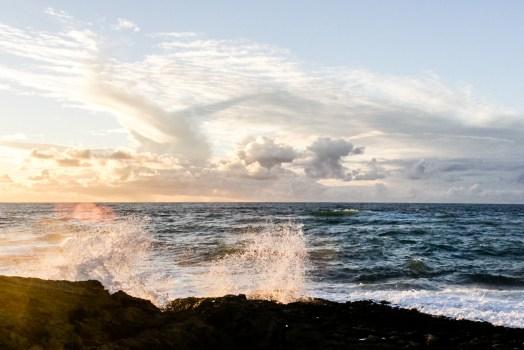 Aplastante olas en las rocas