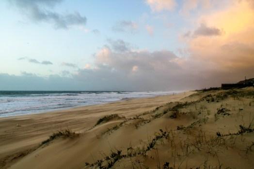 Orilla del mar bajo cielo azul y vista de nubes blancas