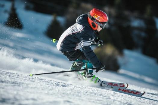 Hombre haciendo esquí sobre hielo en campo de nieve en fotografía de foco superficial