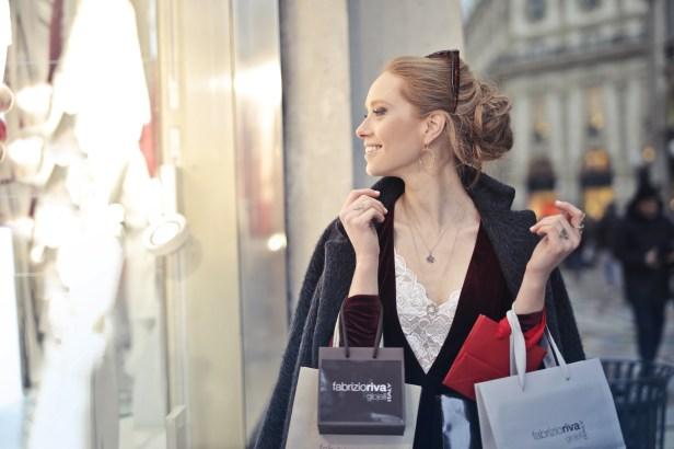 Mujer Vestida Con Blazer Negro Sosteniendo Bolsas De La Compra