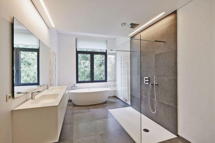 salle de bains dans une maison neuve
