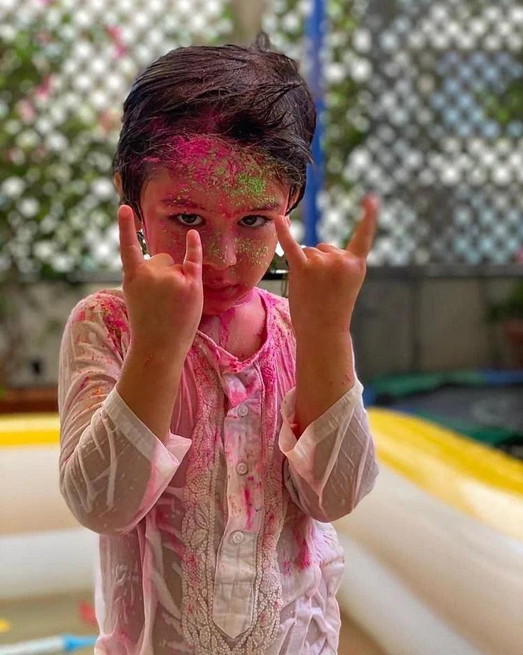 সম্প্রতি তৈমুরের এই ছবিটি পোস্ট করেছেন কারিনা। এখনো ছোট ছেলের কোন ছবি পোস্ট করেননি তিনি।