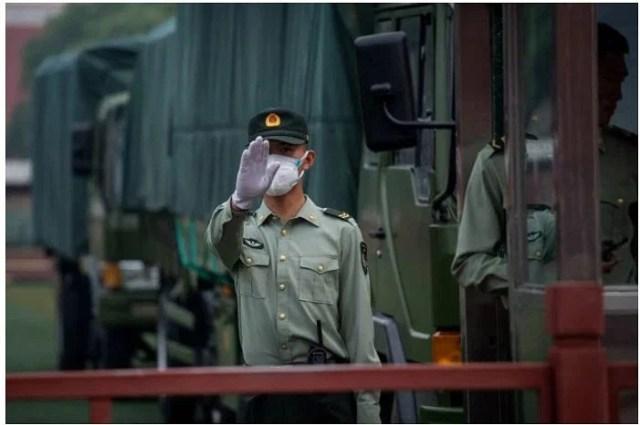 দায়িত্বরত চীনের সামরিক বাহিনীর এক সদস্য