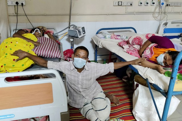 Father Abdul Barik is sitting in the middle of the bed of his two daughters and waiting for them to recover.  Kushtia General Hospital on the morning of June 3.  Photo: Touhidi Hasan