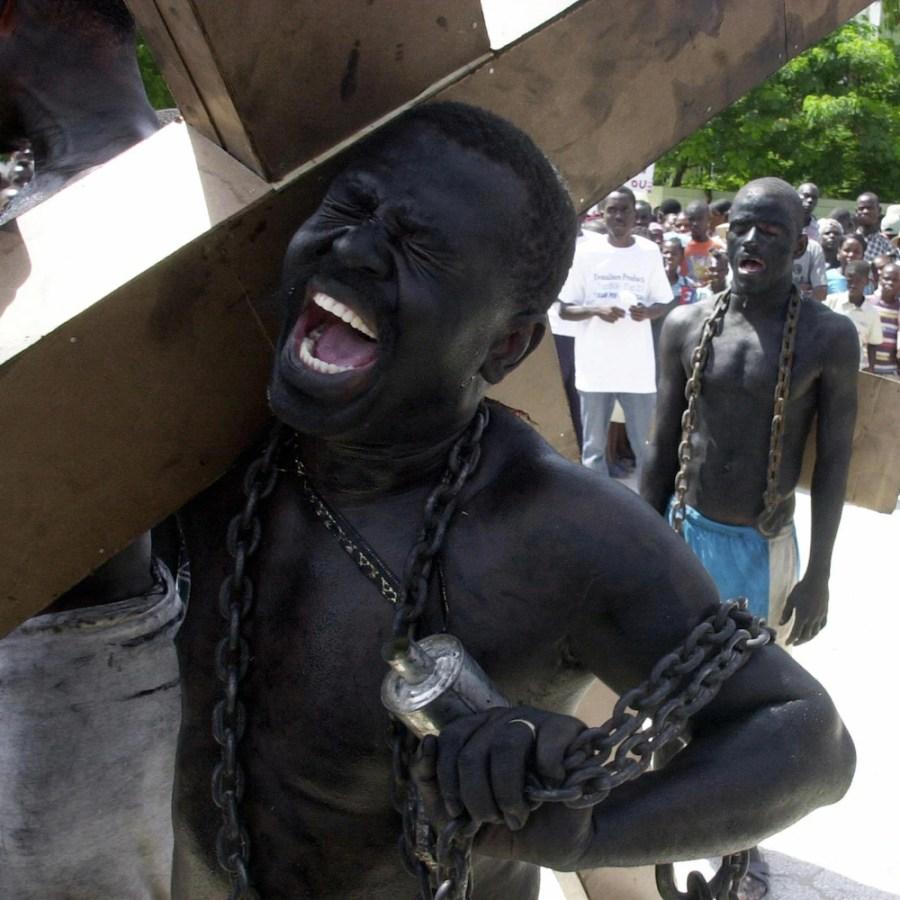 Des Haïtiens dans des rôles d'esclaves lors d'une cérémonie à Marchand, au nord de Port-au-Prince, marquant le 200e anniversaire de l'assassinat du premier dirigeant d'Haïti, Jean-Jacques Dessalines.