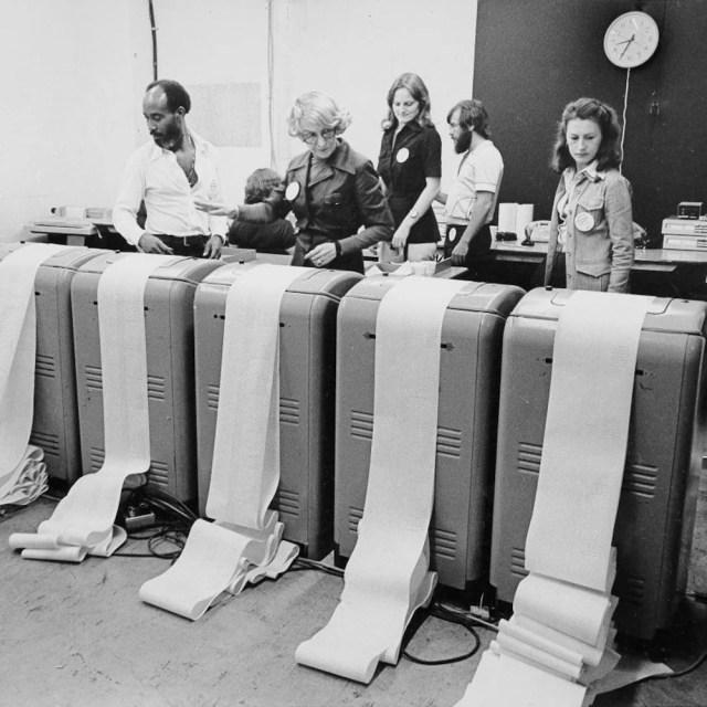 Gerald Cham, Madeleine Laliberté, Christiane Trudeau, Normand Lapierre et Ghislaine Lallier postés devant les téléscripteurs.