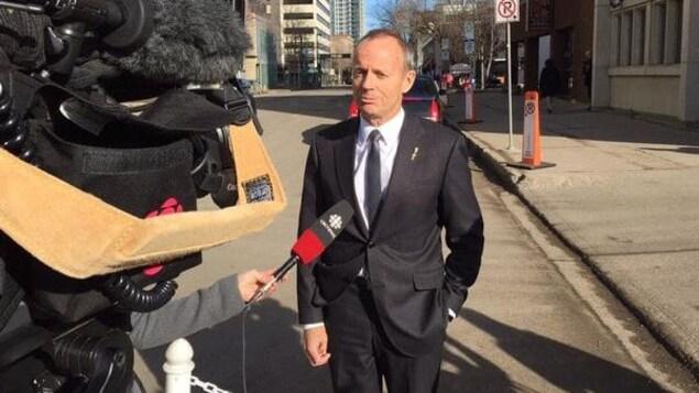 L'ex-politicien Stockwell Day démissionne après des propos sur le racisme au Canada