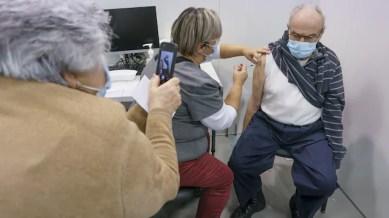 Vacciner les aînés du Québec à domicile ou leur offrir du transport?