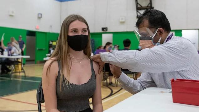 Première journée de vaccination pour les élèves de 12à17ans à Regina