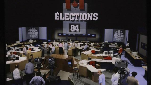 Plateau de la soirée électorale fédérale de 1984 avec plusieurs bureaux équipés d'ordinateurs.