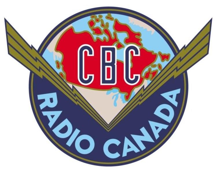 Logo contenu dans un cercle par trois lignes brisées disposées en V représentant les ondes radio. Au-dessus, une carte du Canada et la mention CBC, et en dessous, la mention Radio Canada.