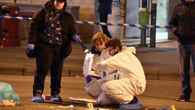 Des policiers rassemblent des indices sur la scène où a eu lieu l'échange de tirs entre le suspect de l'attentat de Berlin et les policiers italiens.