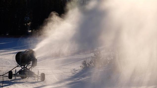 canon à neige sur une piste