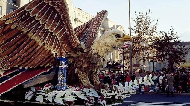 96453c96 Un gros aigle sur un chariot lors du défilé inaugural du 20 janvier 1989 à  Washington