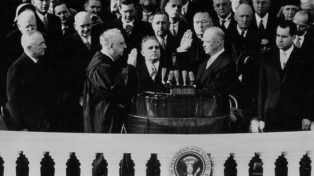 Dwight D. Eisenhower prête serment. Aussi sur la photo, l'ancien président Harry S. Truman et Richard M. Nixon.