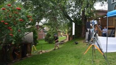 Un site de tournage dans a cour arrière d'une maison à Sudbury
