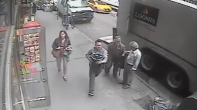 Le voleur d'or capté par une caméra de surveillance à New York