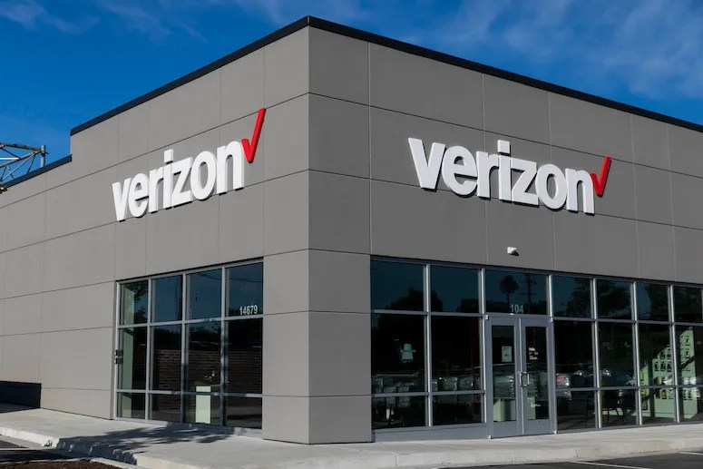 Woman pee's on floor after refusing to leave Verizon store for not wearing a face mask