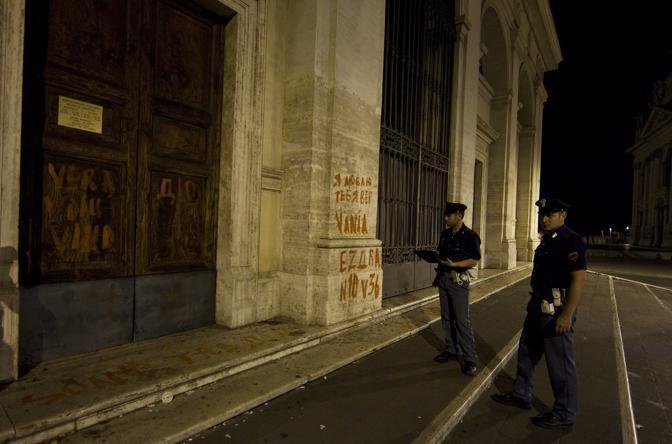 Sfregiata la Scala Santa: sull'edificio davanti alla basilica di San Giovanni sono apparse nella notte di  giovedì 1 luglio scritte ingiuriose tracciate con vernice sui muri e per terra. Alcune frasi offensive, in lingua straniera, erano indirizzate a Benedetto XVI. Sono state ripulite da squadre dell'Ama (foto Ansa/Percossi)