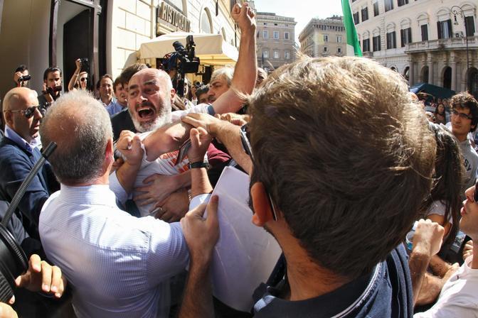 https://i2.wp.com/images.roma.corriereobjects.it/gallery/Roma/2011/10_Ottobre/indignados/1/img_1/ind_01_672-458_resize.jpg