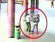 L'aggressione ripresa dalle telecamere nella stazione metrò di Anagnina (Proto)
