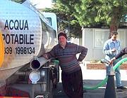 Distribuzione di acqua potabile con le autobotti