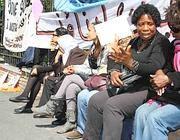 Un momento della protesta all'ambasciata tunisina (foto Russo)