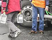 Con le taniche si fa la coda all'autobotte che porta l'acuqa potabile (Proto)
