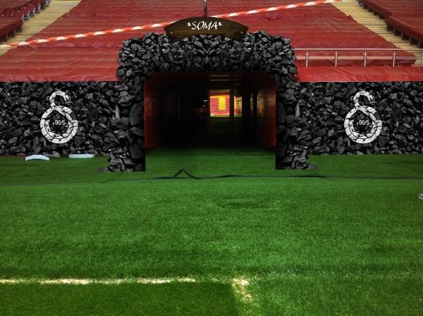 'Galatasaray, TT Arena'daki sahaya çıkış tünelini Soma faciası için özel olarak tekrar düzenledi. Yarınki Kayseri Erciyesspor maçında futbolcular, sahaya bu tünelden geçerek çıkacaklar.' (c) Galatasaray S.K. (Al Jazeera Türk, 16 Mayıs 2014)