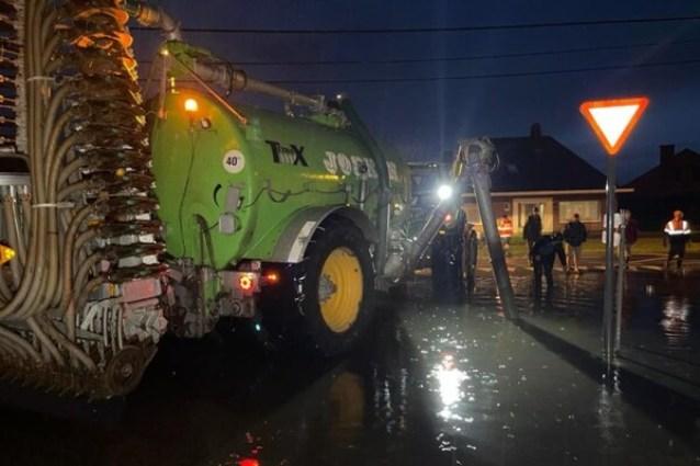 Landbouwer springt bij met beerkar om te voorkomen dat water in woning stroomt