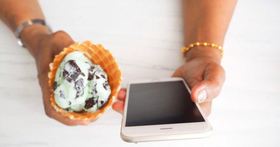 fb-mindful-eating-phone-ice-cream-gokker.jpg