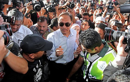 Malaysian opposition leader Anwar Ibrahim (C) along with his wife Wan Azizah (back) arrives for his verdict at the High Court in Kuala Lumpur on January 9, 2012.  Anwar said he was prepared to go to jail, on the eve of an eagerly awaited verdict in his trial on sodomy charges that threatens his political career.