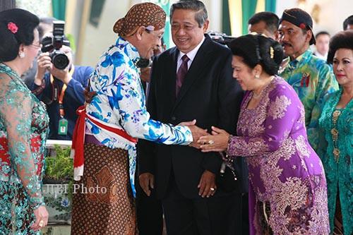 Sri Sultan HB X menyambut tamu. (JIBI/Andreas Tri Pamungkas)