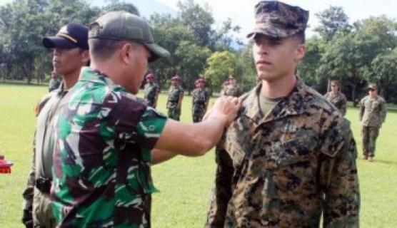 Asisten Operasi Komandan Pasukan Marinir I Kolonel Mar. I Made Sukada menyematkan tanda peserta latihan kepada prajurit Korps Marinir AS. (JIBI/Solopos/Antara/Sertu Mar Kuwadi)