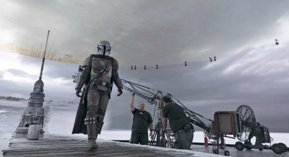awesome-set-photos-from-the-mandalorian-shows-off-how-the-new-stagecraft-filmmaking-tech-is-utilized2.jpg