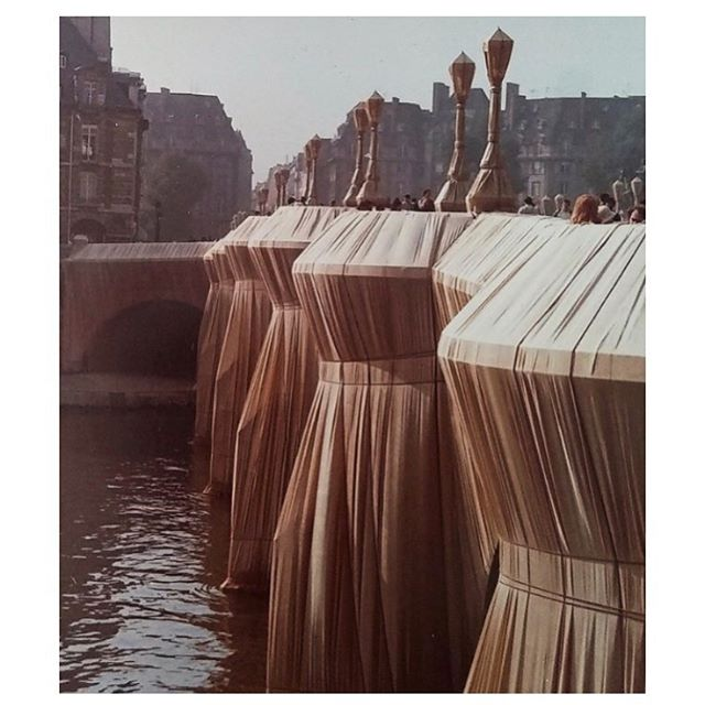 'Le Pont Neuf Wrapped,' Christo & Jeanne-Claude, 1985. For 14 days in September 1985 the Pont Neuf bridge in Paris was wrapped in a silky fabric secured by rope, temporarily transforming the bridge into a work of sculptural art. #pontneuf #paris #christo #jeanneclaude #christojeanneclaude #sculpture #artinstallation #art #contemporaryart #cqinspiration #pleatsplease #pleats via @kaytenschmidt 🖤