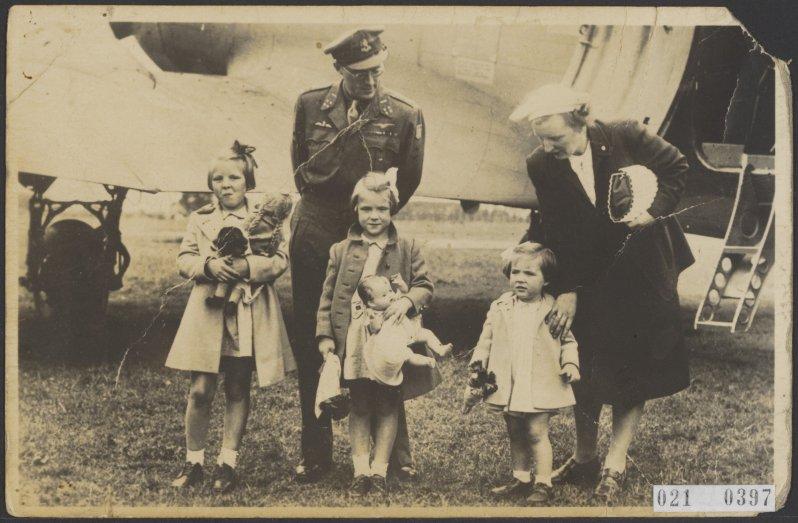 Die Königsfamilie bei ihrer Ankunft in den Niederlanden.    Foto: Anefo, Nationaal Archief, Fotocollectie Elsevier, Public Domain