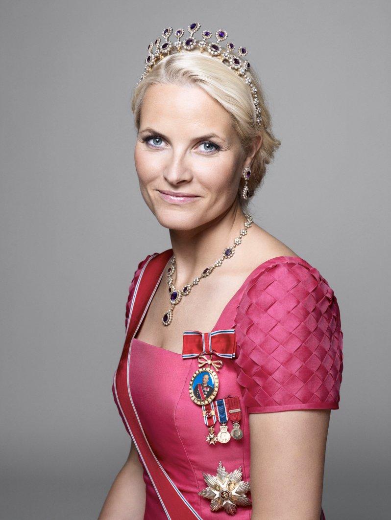 Zu der Tiara von Mette-Marit gehören auch eine Kette und ein Paar Ohrringe. © Sølve Sundsbø, The Royal Court