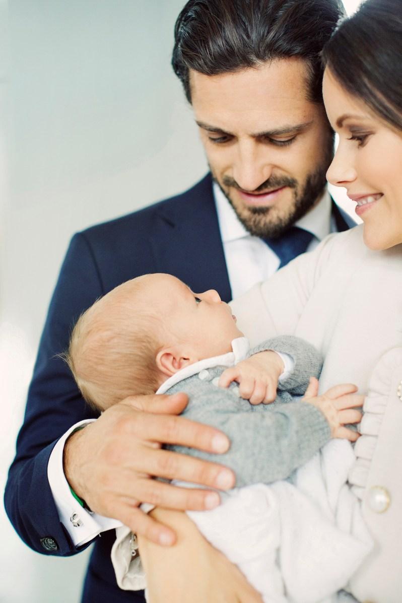 Voller Liebe sehen die stolzen Eltern Söhnchen Gabriel an   Foto: Erika Gerdemark, Kungahuset.se