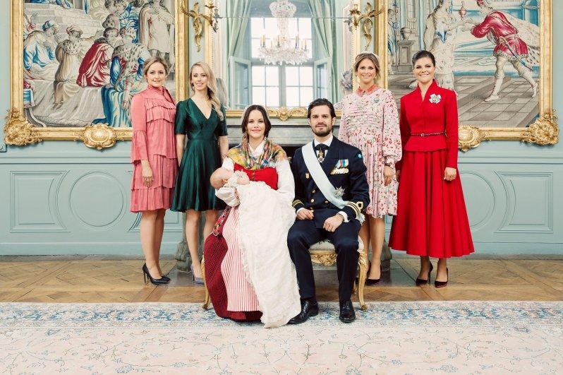 Ein Tauffoto mit allen Tanten von Gabriel: Lina und Sara Hellqvist, sowie Prinzessin Madeleine und Kronprinzessin Victoria (v.l.n.r)   Foto: Erika Gerdemark, Kungahuset.se