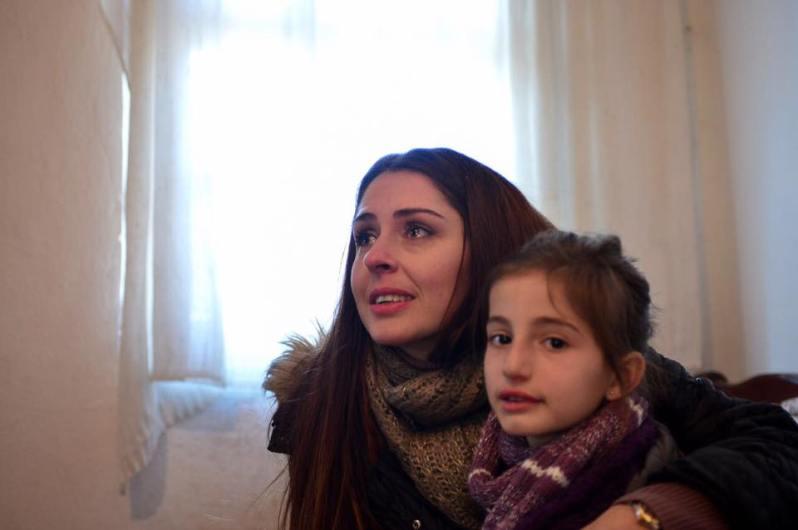 Ohne Berührungsängste schenkt Elia diesem Mädchen Zuneigung – ganz wie einst Diana    Foto: Prinzessin Elia via Facebook
