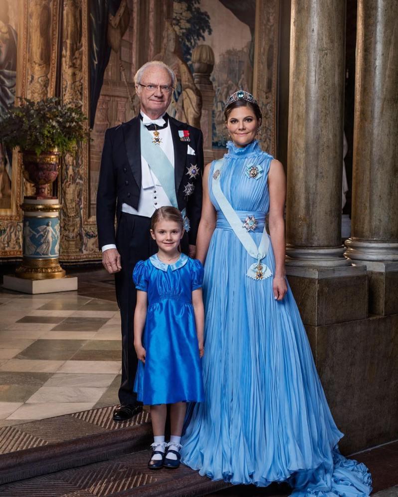 Prinzessin Estelle und ihre Mutter Victoria haben ihre Kleider aufeinander abgestimmt.    Foto:Thron Ullberg/Kungahuset