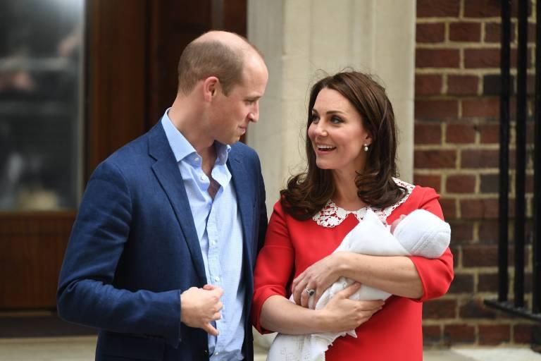 Kate strahlt vor Glück. Ihr rotes Kleid erinnert an Prinzessin Diana, die nach der Geburt von Prinz Harry ebenfalls diese Farbe wählte.  Foto: Imago