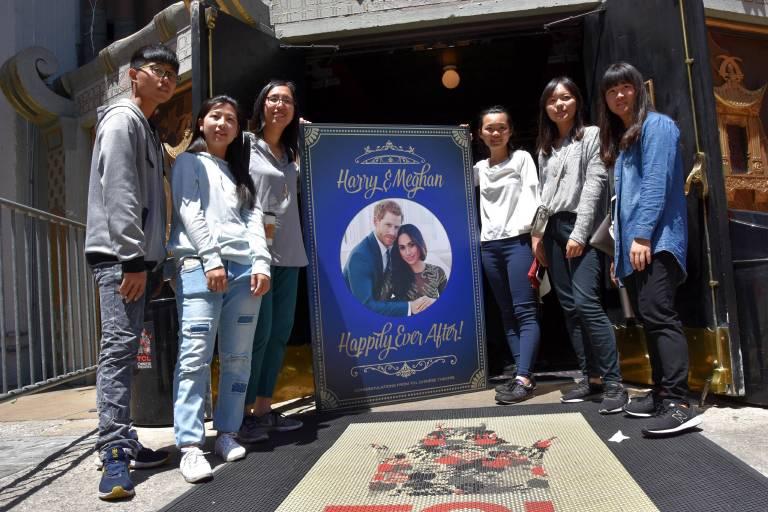 Auf dem Hollywood Strip posieren Touristen für ein Erinnerungsfoto.  © imago/Agencia EFE