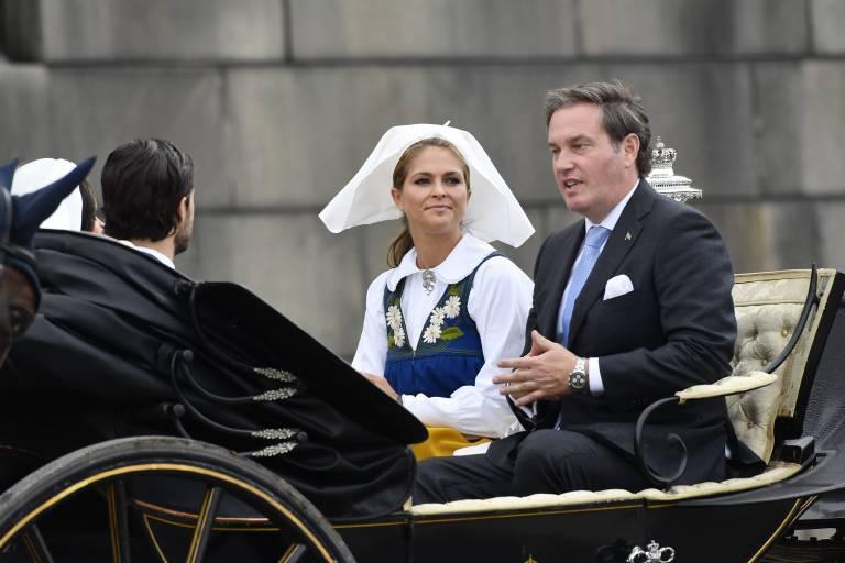 Chris O'Neill plaudert während der Kutschfahrt mit Prinz Carl Philip und Prinzessin Sofia.  ©imago/E-PRESS PHOTO.com