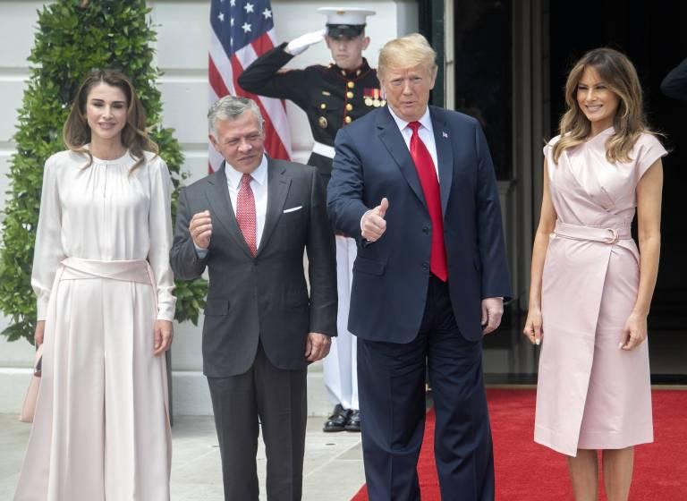 Dem Treffen mit Königin Rania und König Abdullah gibt Präsident Trump einen Daumen nach oben.  ©imago/MediaPunch