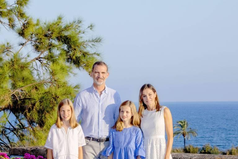 Mit ihren süßen Töchtern posieren Felipe und Letizia auf dem Anwesen des Almudaina Palast auf Mallorca.  ©imago/PPE