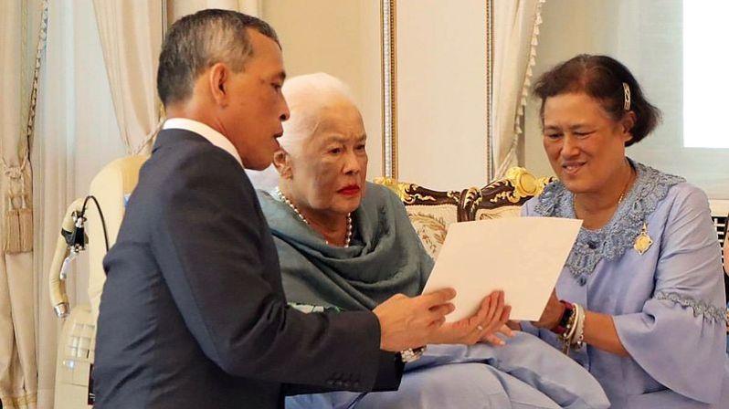 König Maha Vajiralongkorn und seine Schwester Prinzessin  Sirindhorn kümmern sich liebevoll um ihre Mutter.   ©The Royal Household Bureau