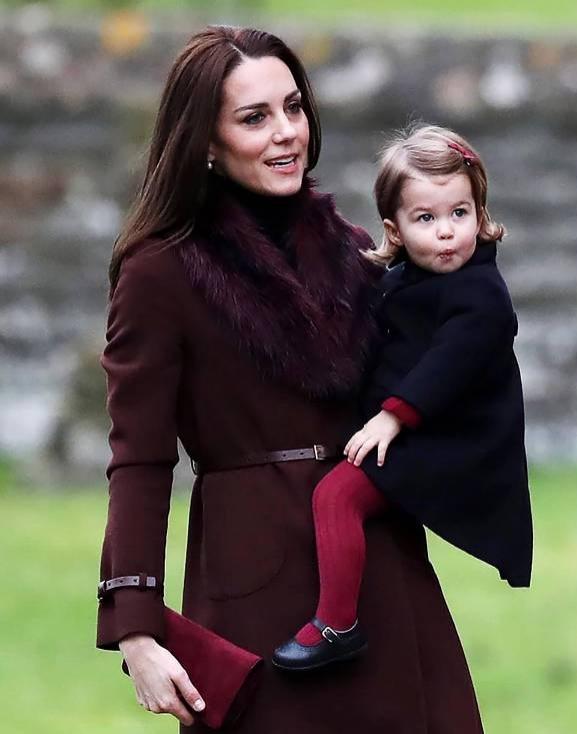 Farblich abgestimmt: Die Handtasche von Herzogin Kate passt zur Strumpfhose ihrer Tochter. ©imago
